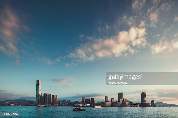 beautiful scenery of victoria harbor - paisajes de hongkong fotografías e imágenes de stock