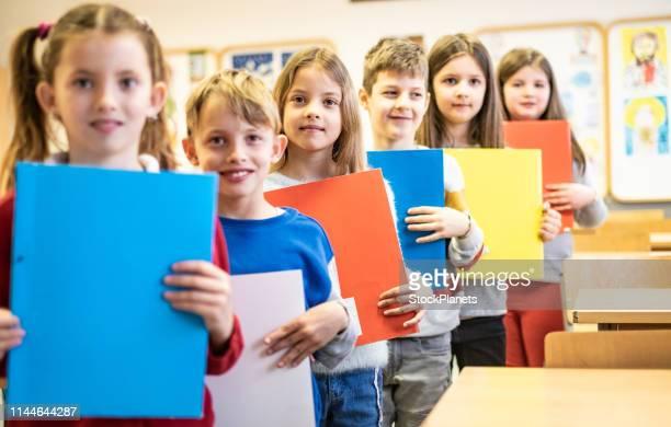 bellissimi scolari pronti ad imparare - solo bambini foto e immagini stock
