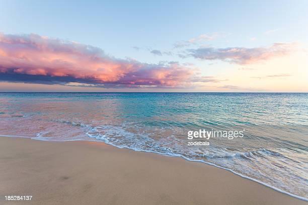 Hermoso paisaje marino, playa y el mar en la puesta de sol