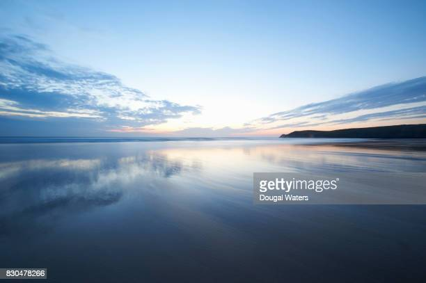 beautiful seascape reflections at dusk. - horizon stockfoto's en -beelden