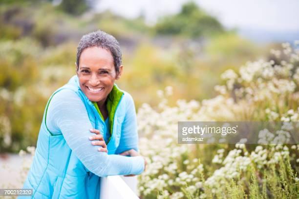 Schöne ältere afroamerikanische Frau Portrait