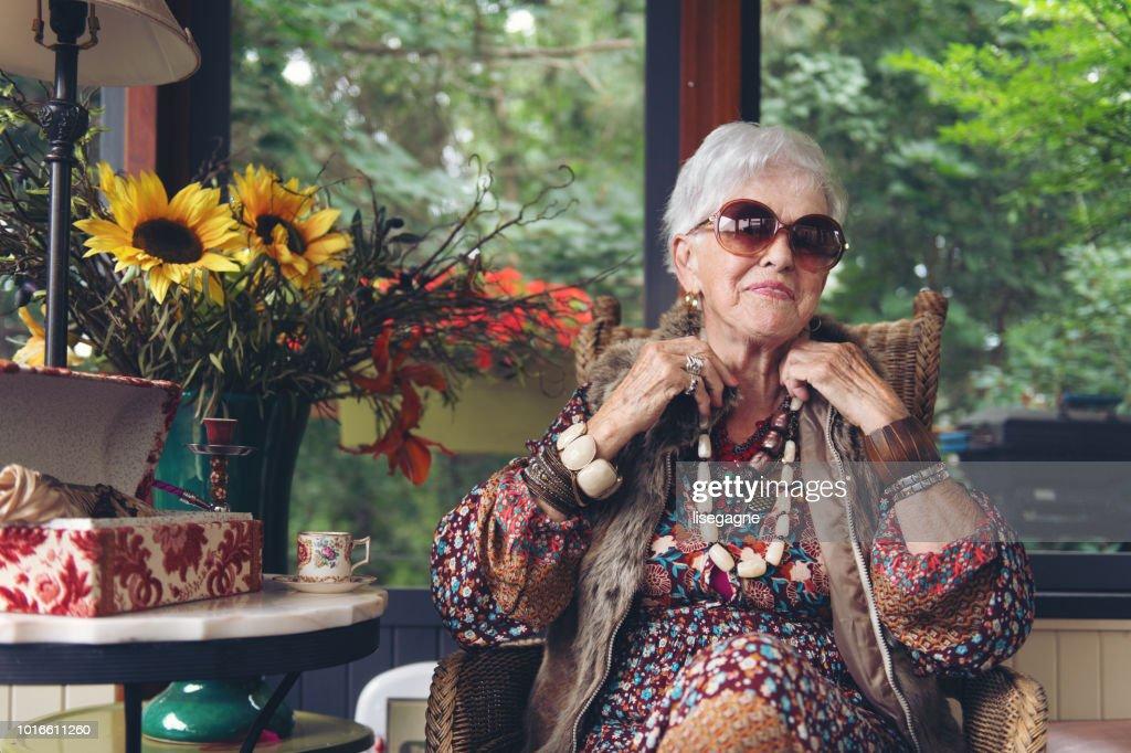 美しいシニア自由奔放に生きるスタイリッシュな女性 : ストックフォト