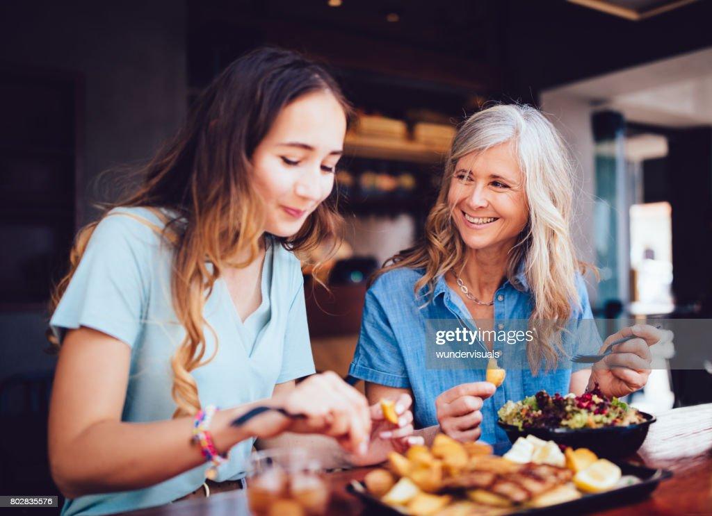 Schöne ältere Mutter und Tochter zusammen Essen im restaurant : Stock-Foto