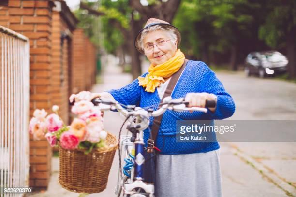 Schöne ältere Frau genießt selbst