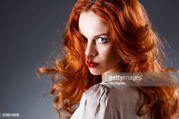Schöne sinnliche Frau mit langen roten Haaren