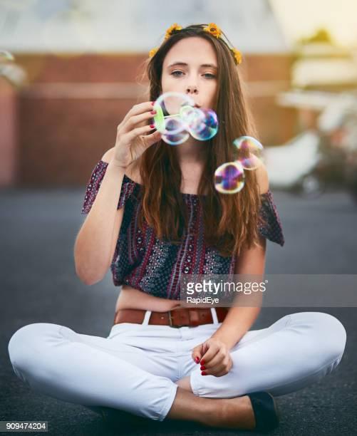 髪に花を持つ美しい穏やかな少女が泡を吹く