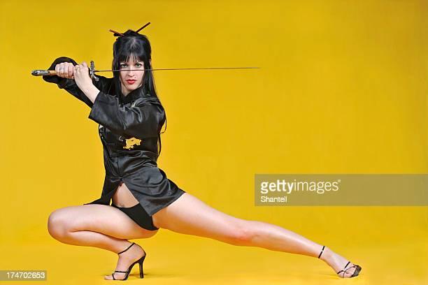 Schöne sexy Mädchen posieren mit einem samourai Schwert
