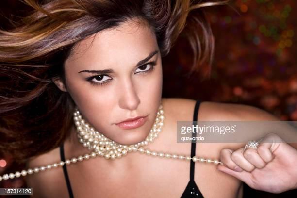 美しいセクシーな音楽の若い女性のポートレート、コピースペース