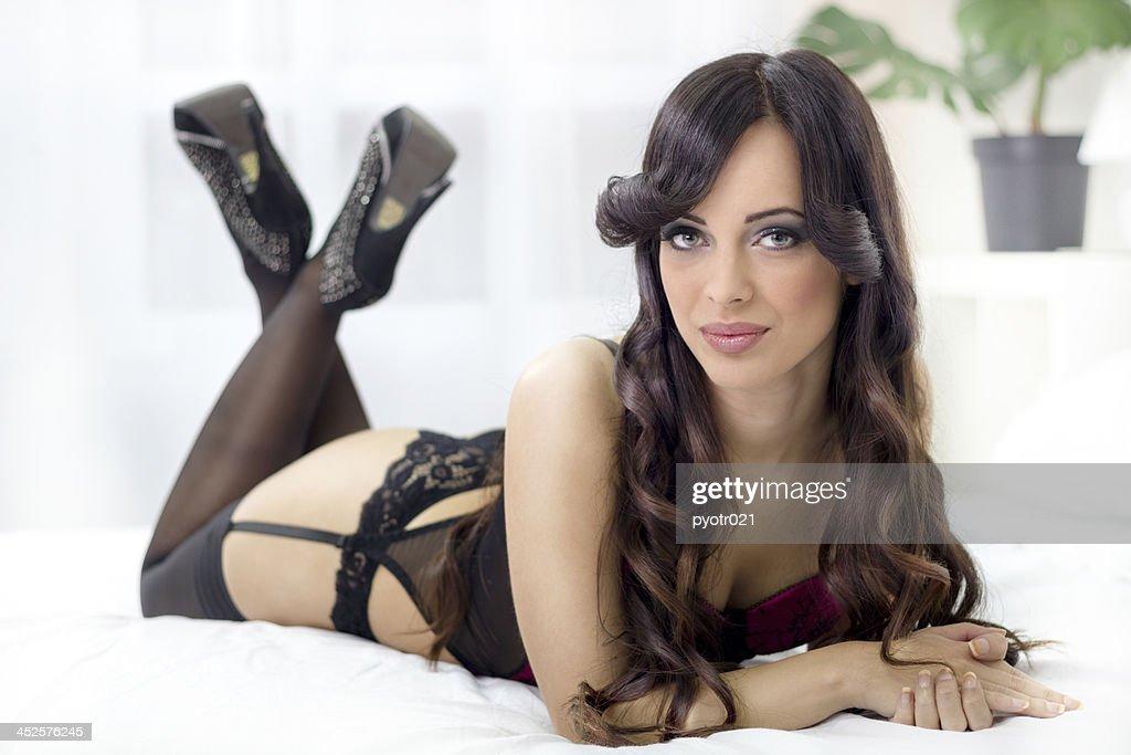 Schöne Sexy Frau In Schwarzen Dessous Liegen Auf Einem Bett Stock