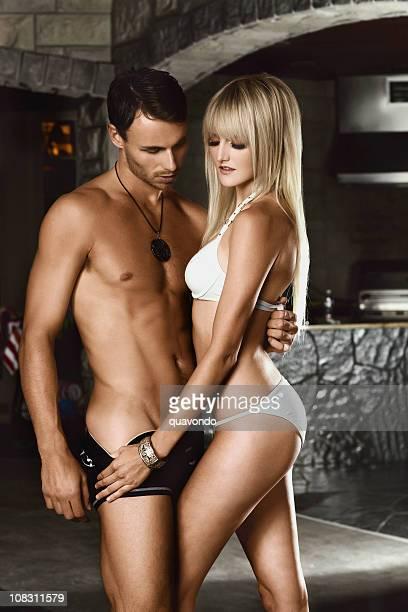 Belle Sexy jeune Couple de modélisation d'un maillot de bain