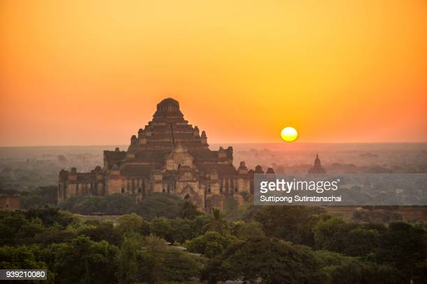 beautiful silhouette landscape view of sunrise over ancient pagoda in bagan , myanmar - ruine stock-fotos und bilder