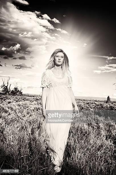 beautiful sleepwalker black and white - nachthemd stockfoto's en -beelden