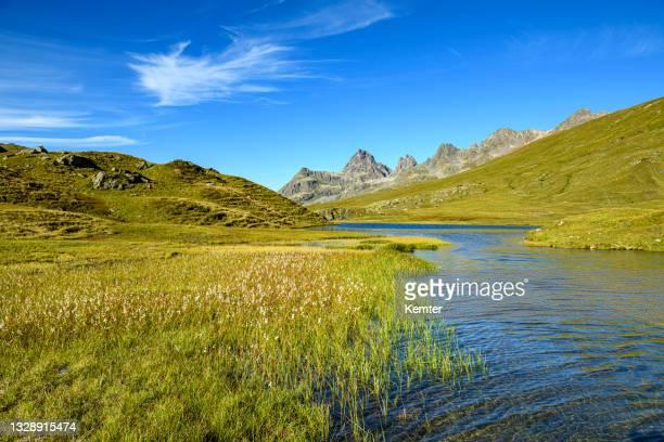 schöner kleiner see in den bergen - kemter stock-fotos und bilder