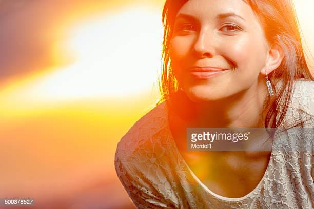 Schönen Lächeln bei Sonnenuntergang strahlen