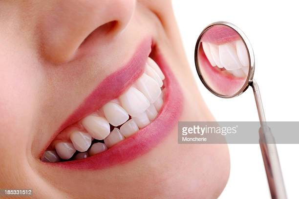 beautiful smile with dental mirror - stralende lach stockfoto's en -beelden