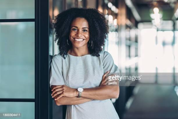 bela e sorridente empresária da etnia africana - realização - fotografias e filmes do acervo