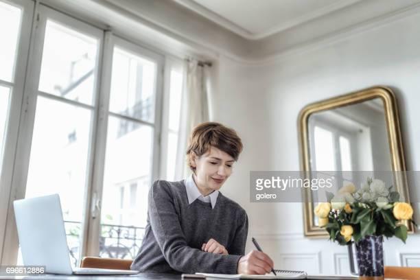 beau sourire français femme travaillant au siège social à Paris