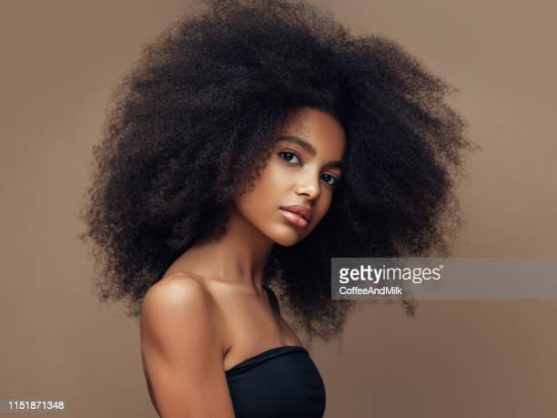 beautiful smiling girl with curly hairstyle - moda foto e immagini stock