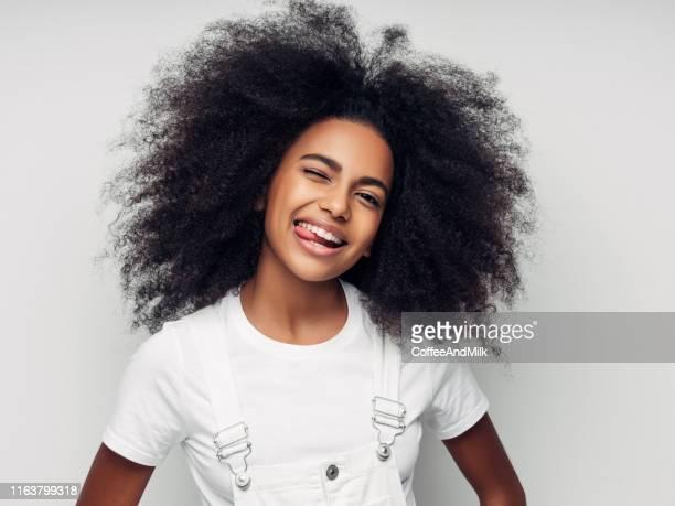 belle fille de sourire avec la coiffure bouclée - cheveux naturels photos et images de collection