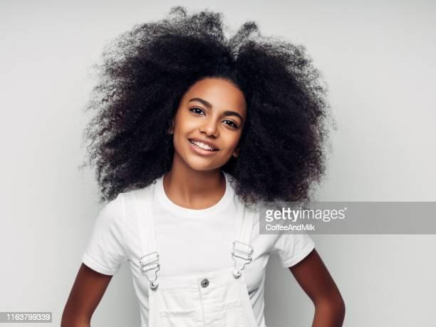 menina de sorriso bonita com penteado curly - da cintura para cima - fotografias e filmes do acervo