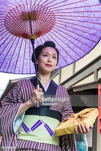 Belle femme japonaise souriant en Kimono tenant Violet parasol, Kyoto