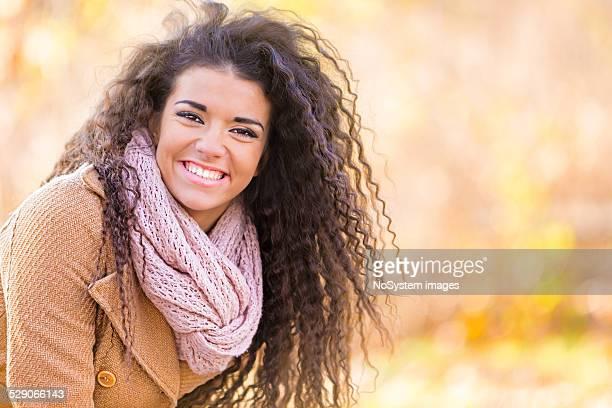 Hermosa mujer sonriente al aire libre