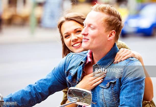 Schöne lächelnd Junges Paar auf Moped