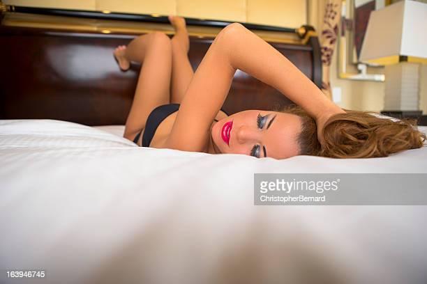 美しいスペインの女性のランジェリーでブラック