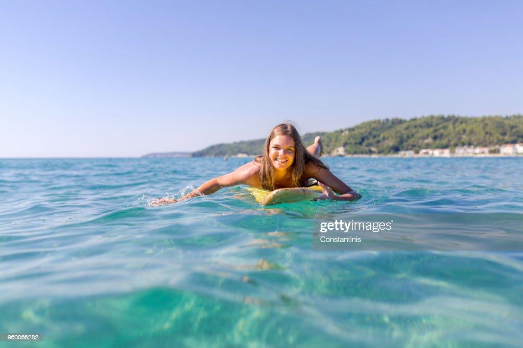 Schöne sportliche Mädchen Surfen im Ozean : Stock-Foto