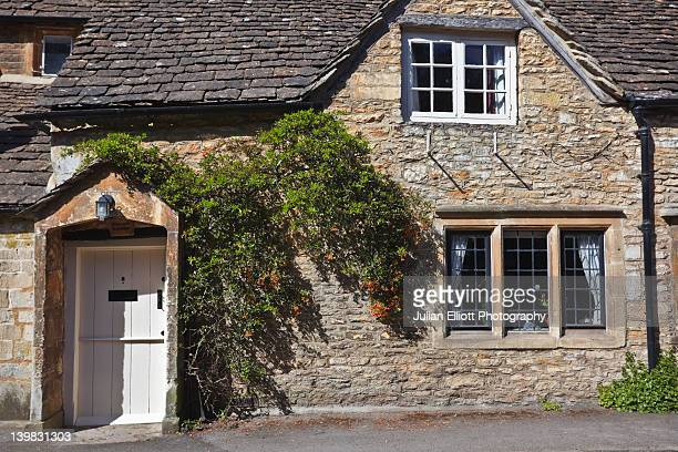 a beautiful stone house in the village of castle combe. castle combe in north wiltshire, uk. this beautiful village finds itself near to the borders of somerset and gloucestershire. it's also notable that there are no visible television aerials on the roo - 石造りの家 ストックフォトと画像