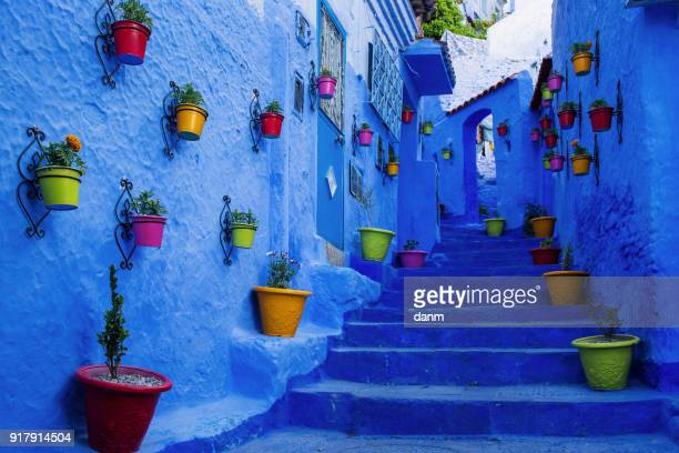 beautiful street of chefchaouene, town with white and blue colors in morocco. - chefchaouen photos et images de collection