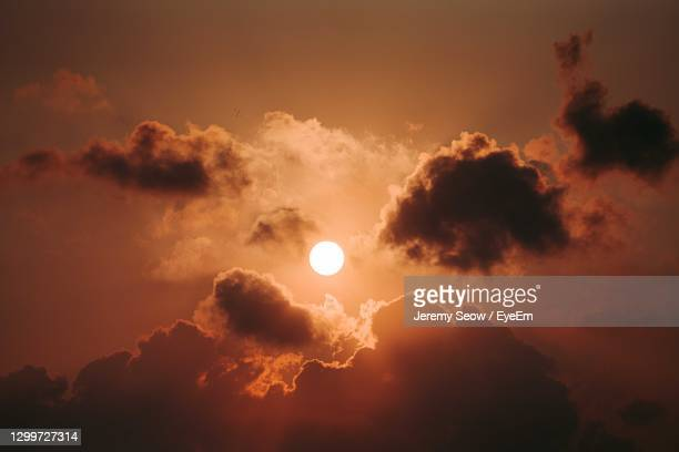 beautiful sun peaking through the fiery clouds - golden hour stock pictures, royalty-free photos & images