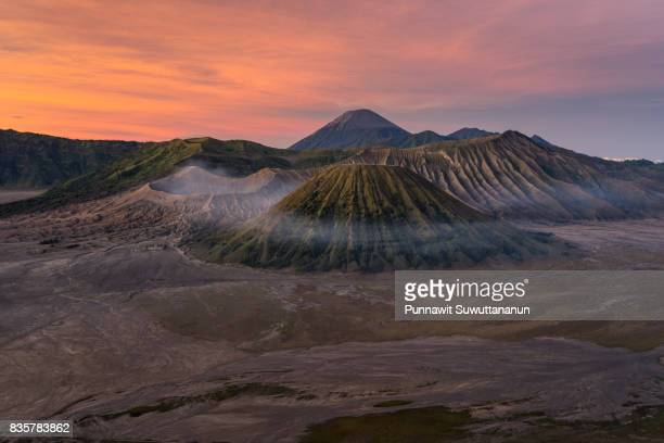 beautiful sunrise at bromo active volcano mountain, east java, indonesia - land geografisches gebiet stock-fotos und bilder