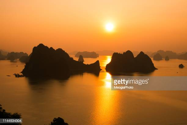 beautiful sunrise in halong bay - baia foto e immagini stock