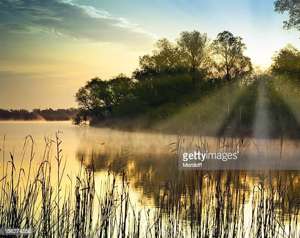 Wunderschönen Sonnenaufgang am Fluss