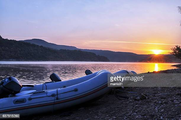 Belo nascer do sol sobre o lago