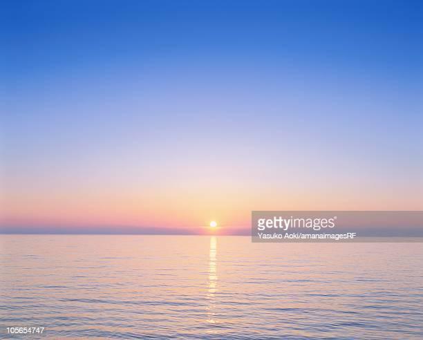 beautiful sunrise over the ocean. wakkanai, hokkaido, japan - linha do horizonte sobre água - fotografias e filmes do acervo