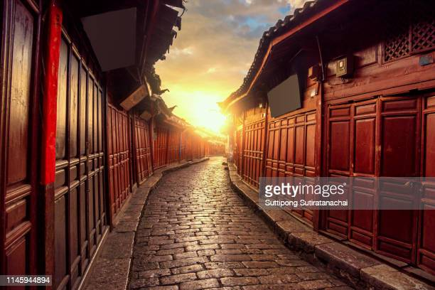 beautiful sunrise view of old chinese style building in old town of lijiang, yunnan , china. lijiang is most popular travel destination in china , yunnan province - tradição - fotografias e filmes do acervo