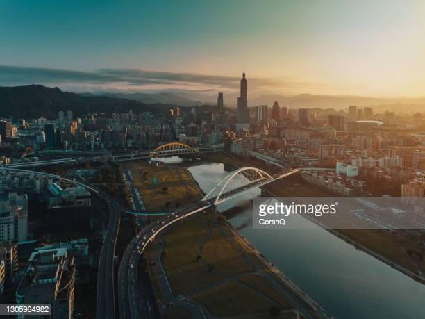 mooie zonsopgangmening van de brug van de regenboog met de stad van taipei, taiwan - taipei stockfoto's en -beelden