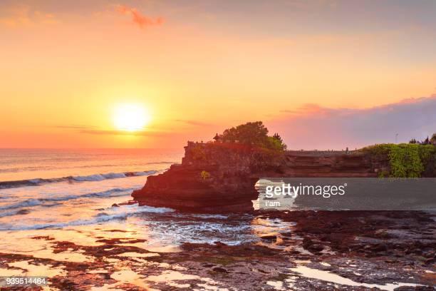 beautiful sunset at batu bolong & tanah lot - bali, indonesia - tanah lot stock pictures, royalty-free photos & images