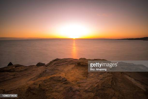 beautiful sunset at half moon bay, melbourne, australia. - rocha imagens e fotografias de stock
