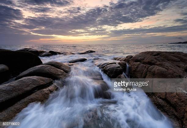 beautiful sunset at the stone beach during sunseta - países del golfo fotografías e imágenes de stock