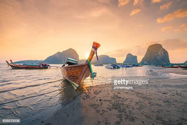 wunderschöne sonnenuntergang in tropischer strand in asien und thailand - thailändische kultur stock-fotos und bilder