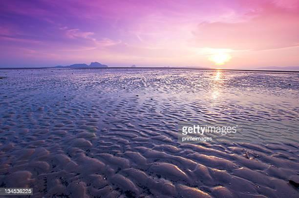 Belo pôr do sol no mar tropical
