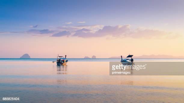 Tropical magnifique coucher de soleil sur la mer avec bateau à longue queue au sud de la Thaïlande