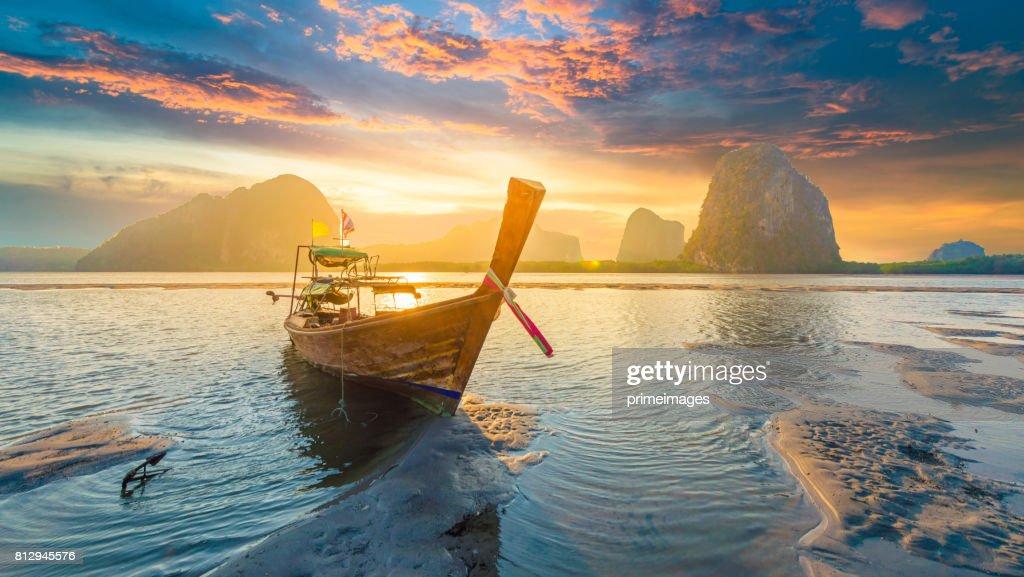 Hermosa puesta de sol en el mar tropical con larga cola en bote en el sur de Tailandia : Foto de stock