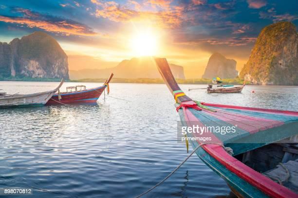 wunderschöner sonnenuntergang am tropischen meer mit einheimischem boot in süd-thailand - thailand stock-fotos und bilder