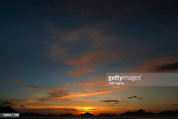bellissimo tramonto a el nido - paesaggio marino foto e immagini stock