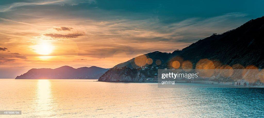Magnifique coucher de soleil en Ligurie, en Italie : Photo
