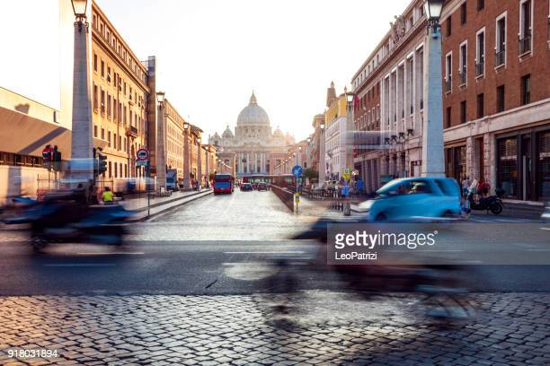 beautiful sunset in rome on old cobblestone streets - traffico foto e immagini stock